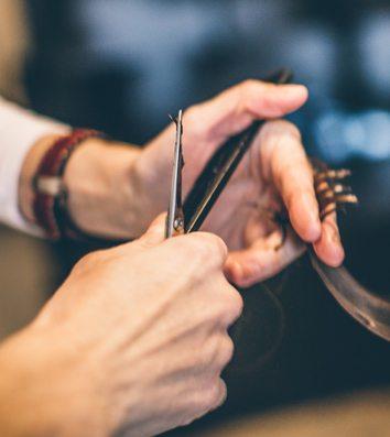 Billig frisør Næstved, person får klippet hår